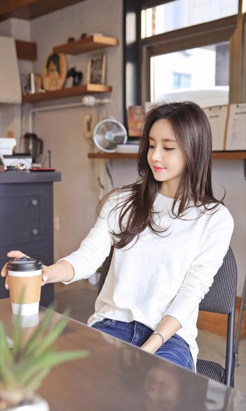 喝咖啡的长发小清新美女高清壁纸