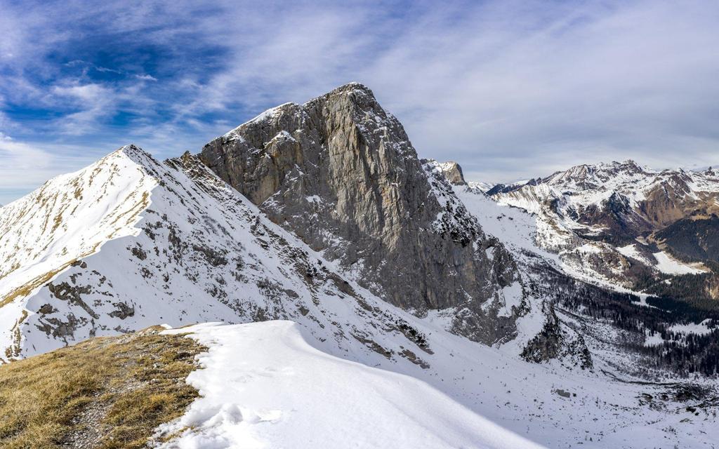 蓝天下的雪山风景桌面壁纸