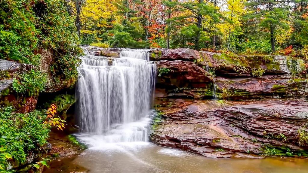 美丽幽静的瀑布风景桌面壁纸高清图片