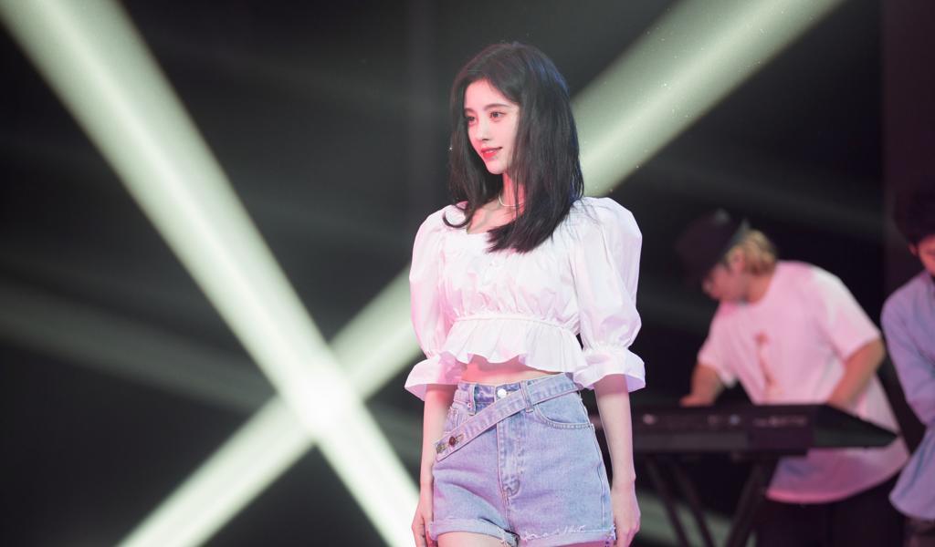 鞠婧祎美腿牛仔短裤舞台4k美女电脑壁纸图片