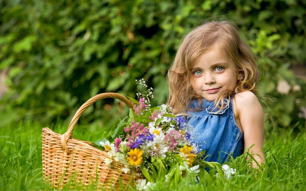 外国天真可爱的小女孩电脑桌面壁纸高清下载