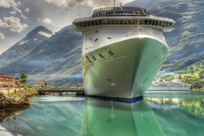 停泊的轮船高清宽屏壁纸