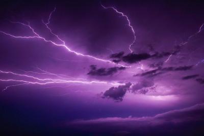 好看的唯美紫色闪电1440x900高清壁纸