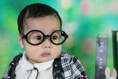可爱的戴眼晴的宝宝壁纸图片