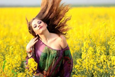 花海中漂亮的国外美女唯美意境桌面图片