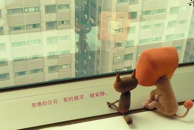 窗台上的可爱公仔桌面壁纸