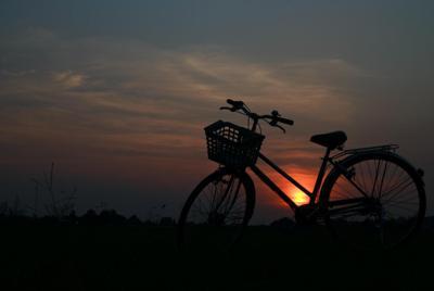 夕阳下的单车摄影唯美意境电脑壁纸