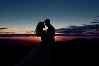 夕阳下拥吻的情侣爱情壁纸