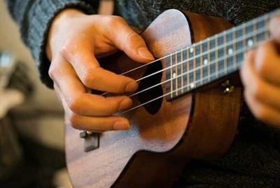 尤克里里弹吉他桌面壁纸