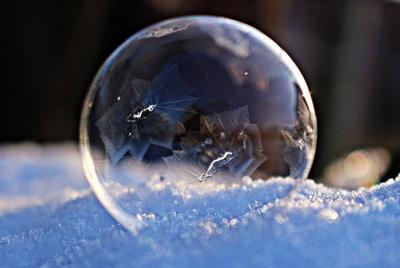雪地上白色透明的泡泡电脑桌面图片