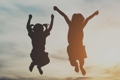 快乐的童年跳跃起的孩子图片