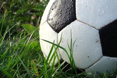 绿色草地上的足球图片高清手机壁纸