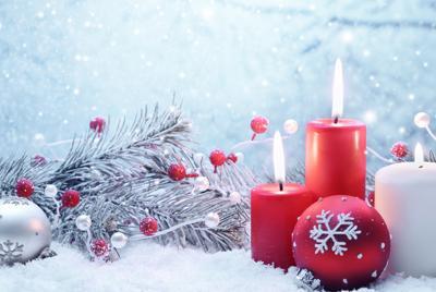 圣诞节彩球和蜡烛壁纸图片