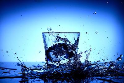 玻璃杯和飞溅的水电脑壁纸图片
