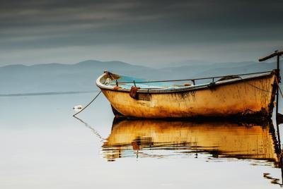 生锈的旧渔船手机壁纸图片下载