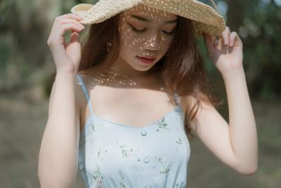 高清阳光下戴帽子的美女电脑桌面壁纸