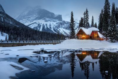雪景池塘木屋倒影电脑壁纸图片