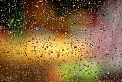 雨中车窗外霓虹灯唯美壁纸桌面