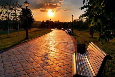 公园里孤独的长椅唯美桌面壁纸